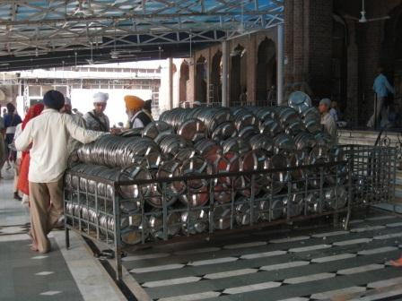 800px-Plates_for_langar_at_Golden_Temple,_Amritsar_klein